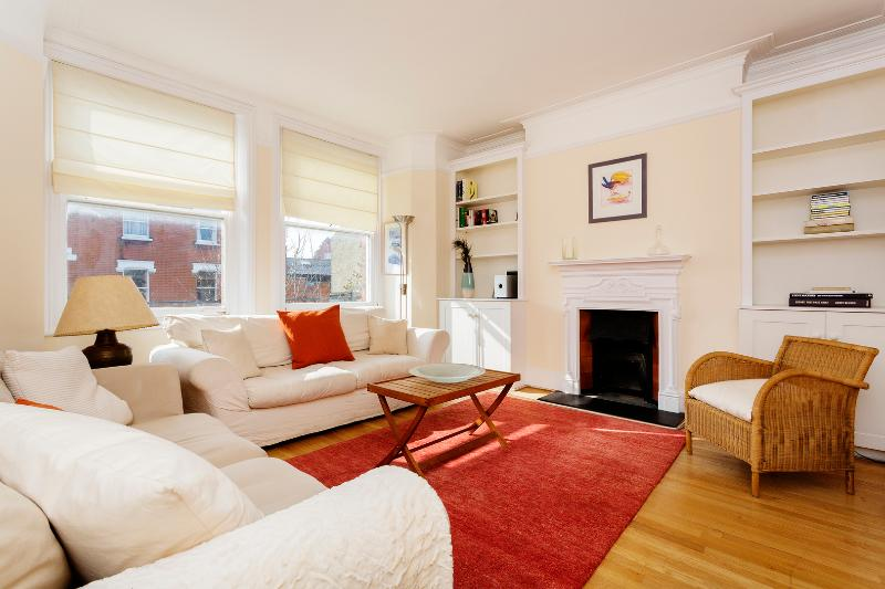 3 bed, 1 bath flat on Rostrevor Road, Fulham - Image 1 - London - rentals