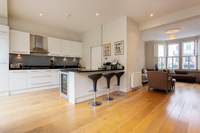 5 bed house on Winchendon Road, Fulham - Image 1 - London - rentals