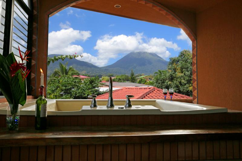 The perfect retreat! Imagine relaxing in the Jacuzzi with Volcano as a backdrop! - CDCR - Cabina Calkins! - La Fortuna de San Carlos - rentals