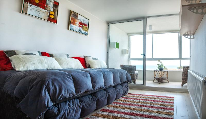 living comedor ; con cama nido de plaza y media con colchon; sirve  como sillon - Rent Apartment in Valparaiso with a great view - Renaca - rentals