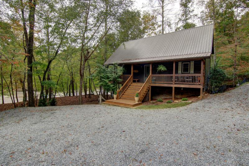 The River's Echo sits on the edge of the Coosawattee River - River's Echo- Premier fishing spot in North GA - Ellijay - rentals
