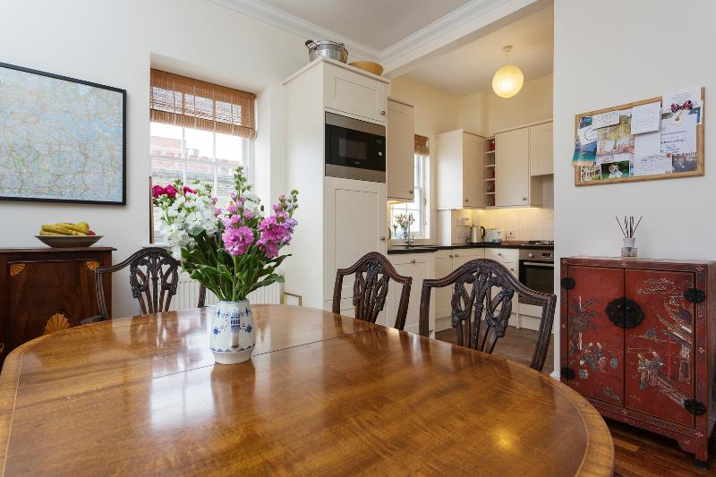 A comfortable three-bedroom home in Pimlico. - Image 1 - London - rentals