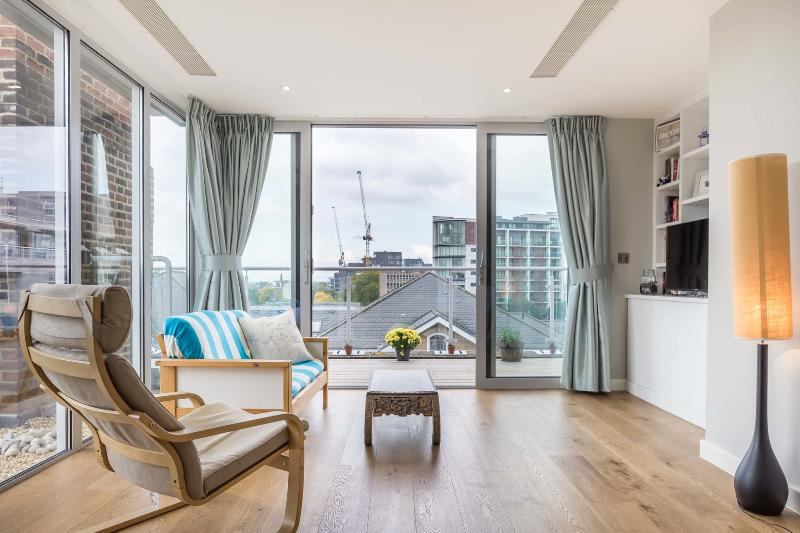 A light and bright two-bedroom penthouse in Putney. - Image 1 - London - rentals