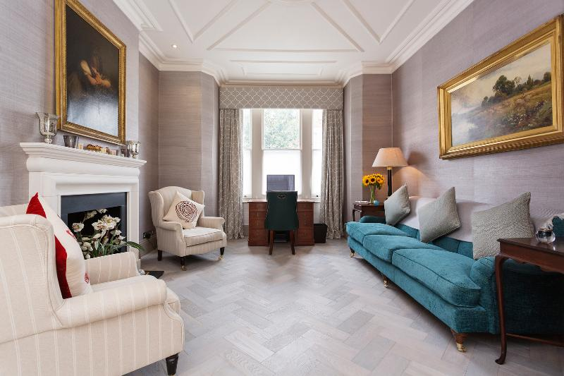 Four-bed magnificence with a garden in Brook Green. - Image 1 - London - rentals