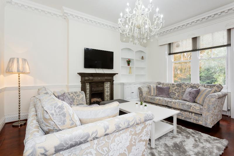 A bright two-bedroom property in Wandsworth. - Image 1 - London - rentals