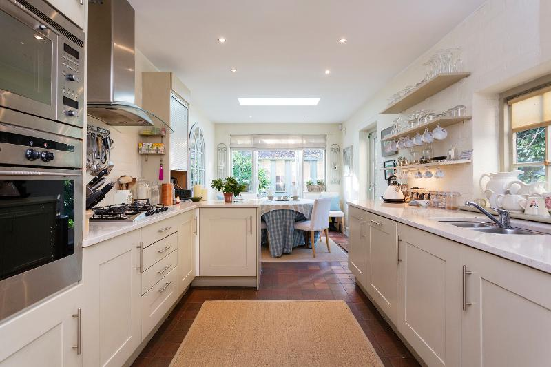 A classic three-bedroom house in leafy Clapham. - Image 1 - London - rentals
