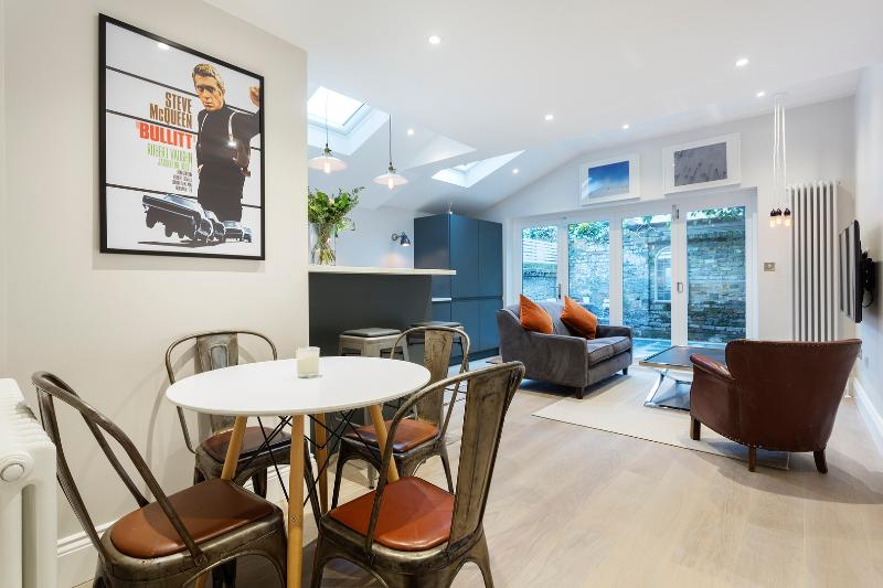 An impeccably decorated, stylish and modern two-bedroom flat in Fulham. - Image 1 - London - rentals