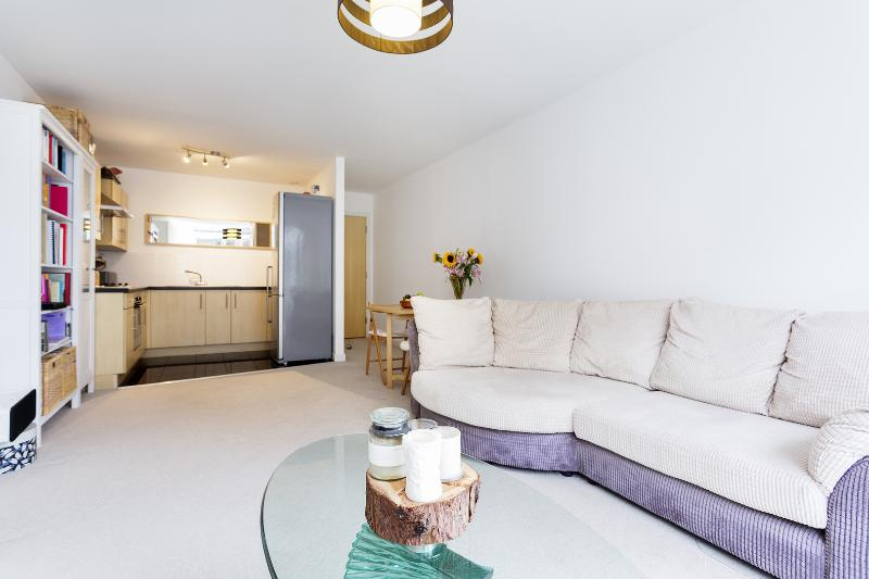 A one-bedroom apartment with large family bathroom. - Image 1 - London - rentals