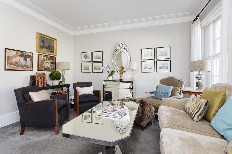 A lovely and bright two-bedroom conversion flat in Belgravia. - Image 1 - London - rentals