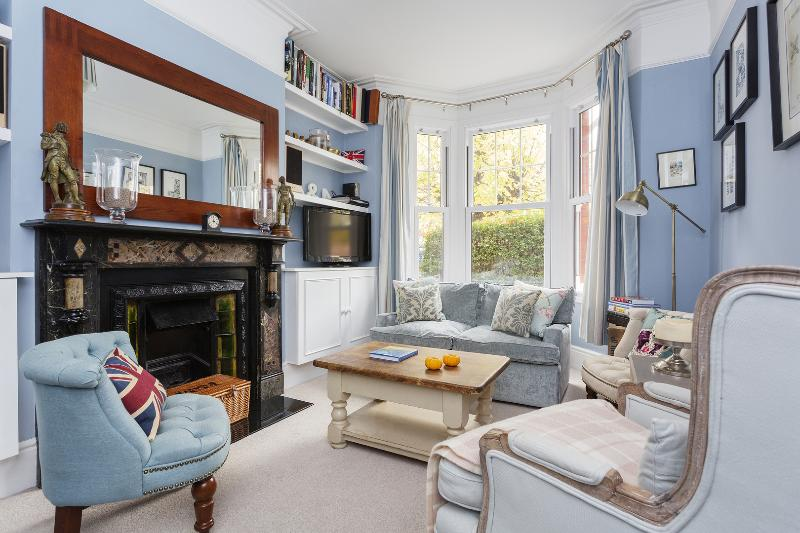 A three-bedroom family home in Southfields. - Image 1 - London - rentals