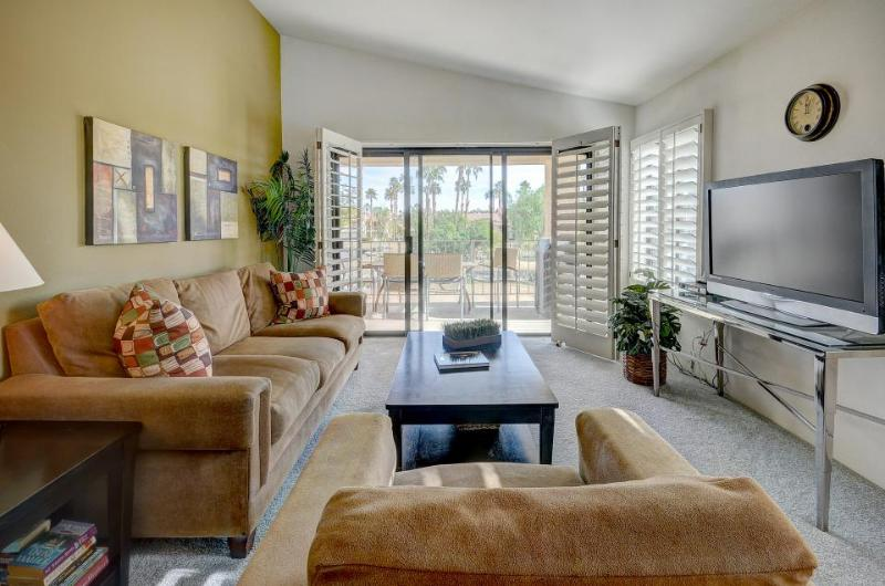 Dog-friendly golf getaway w/lake views, prime location, shared hot tub & pool - Image 1 - La Quinta - rentals
