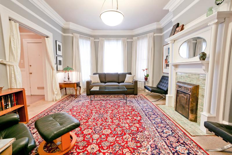 Living Room with Queen-size SofaBed and Recliner. Oriental Carpets. Period Details. Original Artwork - Luxurious Top-Rated Home - Great Low Rates GARAGE - San Francisco - rentals