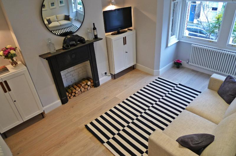 Spacious light sitting room with huge double sofa bed - Sparkling new apartment in Kensington Olympia - London - rentals