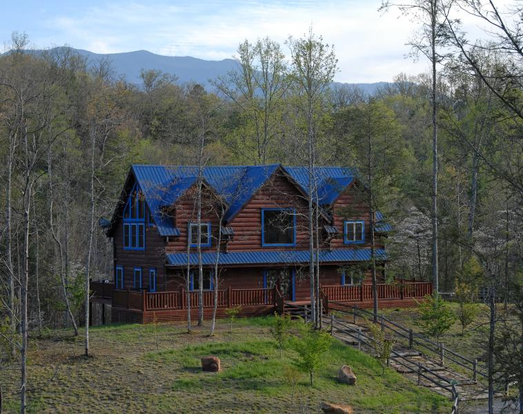 Spacious cabin on ample lot, quiet street, 4 master suites. - Blue Mountain Lodge -btw Gatlinburg & Pigeon Forge - Gatlinburg - rentals
