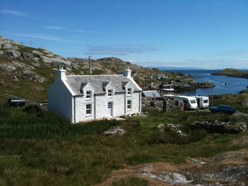 The house from the hill overlooking the small fishing harbour harbour - The Crofthouse Isle of Harris - Grosebay - rentals