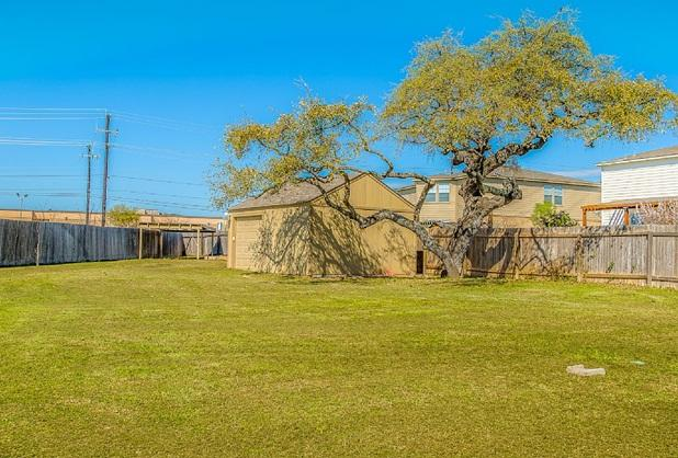 Large back yard. This is not the house. Please look at the remaining pictures - 7 Miles to Lackland AFB \ No Cancellation Fees - San Antonio - rentals