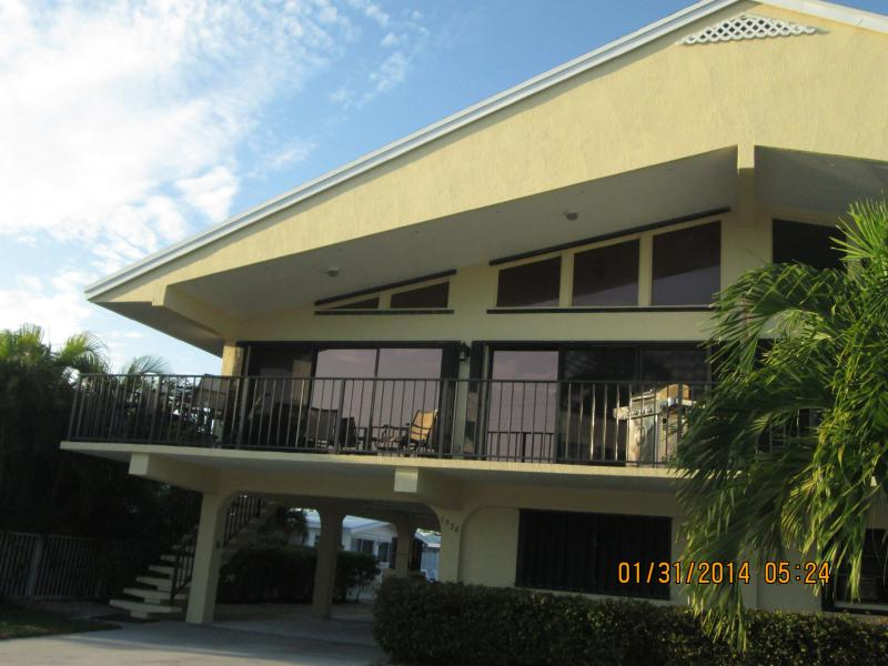 1038 W.Ocean Dr., KCB 33051: 30' Dock, 2BR,2BA, sleeps 6 max, NON-smoking,2 DOGS - 1000wk/65'pool/2beach/30'dk/1300sf FOR 6 2dogs/NS - Key Colony Beach - rentals