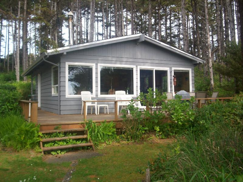 Cottage facing ocean - BEAUTIFUL TWO BEDROOM COTTAGE ON THE BEACH! - Seal Rock - rentals