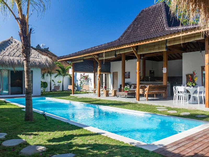 4 bungalows and friendly open living/dining /kitchen space around swimming pool - Splash One: A Refreshing Plunge Into the Earth of Bali - Seminyak - rentals