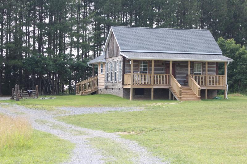 Candle Light Cabin Tucked In Next To Towering Pines - 120 Acre Farm 27 miles Nashville, WiFi, Peaceful - Cottontown - rentals