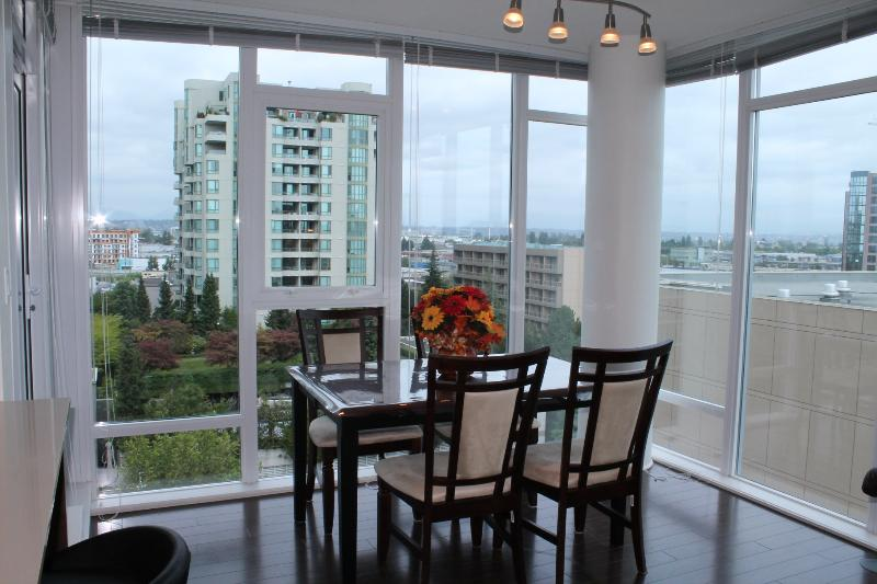 dinning area - 3BD/2BA Air-conditioned Apt by Sheraton Hotel - Richmond - rentals