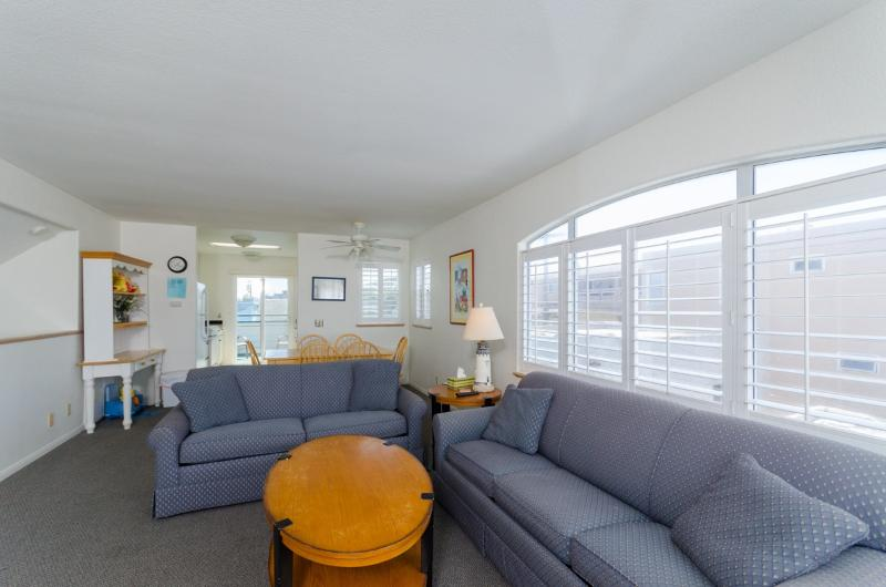 Spacious 2 bedroom - lots of light!  Bikes and Toys! - Family Friendly Beach Condo - Bikes, Boogie Boards - San Diego - rentals