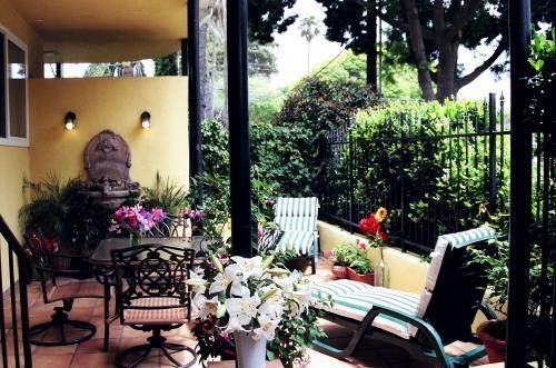 Enjoy your private encased courtyard - Santa Barbara Beach Getaway - 2 blocks to beach - Santa Barbara - rentals