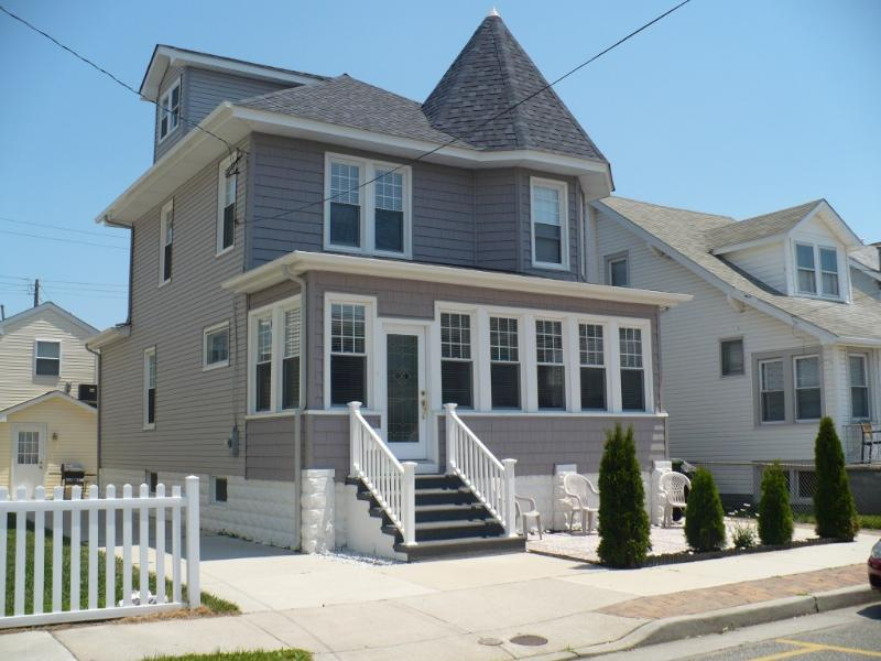 Beach House Exterior - ** SINGLE BEACH HOUSE-4 BEDROOM -SLEEPS 10 - Wildwood - rentals