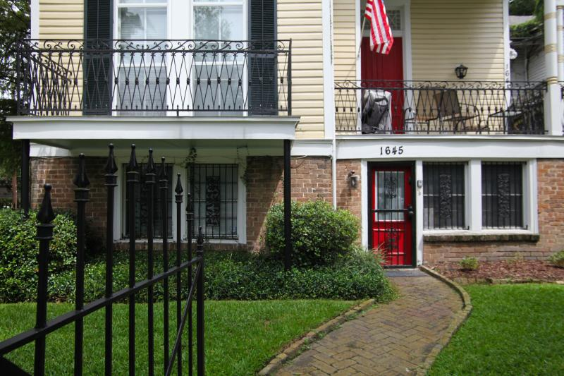 Front door/yard, the unit is the one on the bottom floor - New Orleans Vacation Getaway - New Orleans - rentals