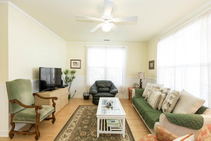 Living Room - Close To The Edge 'Charming, Quiet, Comfortable' - Charleston - rentals