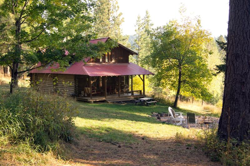 The front porch and fire pit area - The Log House at Turner Bay - Harrison - rentals