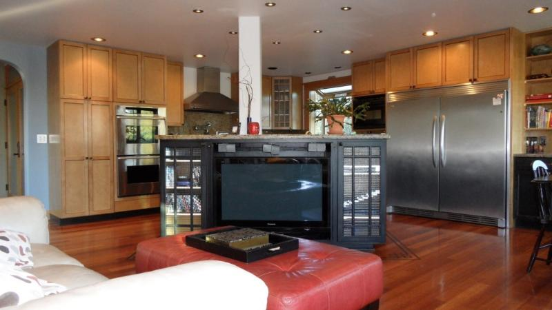 Main Floor Great Room With Open Floor Plan & Flow - Luxurious Large West Seattle City View Home. - Seattle - rentals