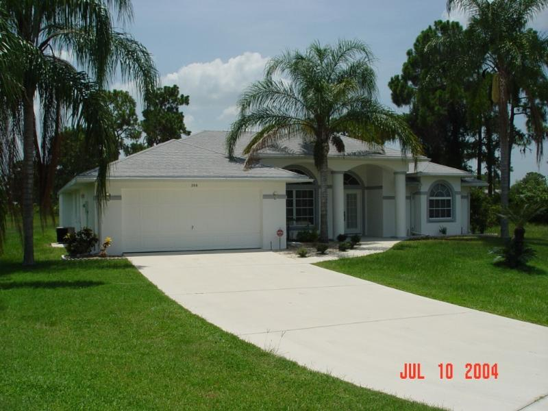 Front/Entrance - Spacious comfy Custom 3/2-Bedroom,  heated Pool - Punta Gorda - rentals