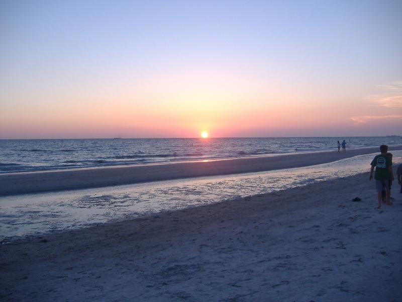Summer sunset - Beach front 1/1 sleeps 4 comfortably - Indian Shores - rentals