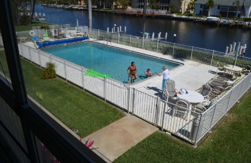 Large Heated Pool, Sun Lounge Chairs, BBQ-Grill view of waterways - Gulf Access condo 1 BDR. large pool, boat dock - Cape Coral - rentals