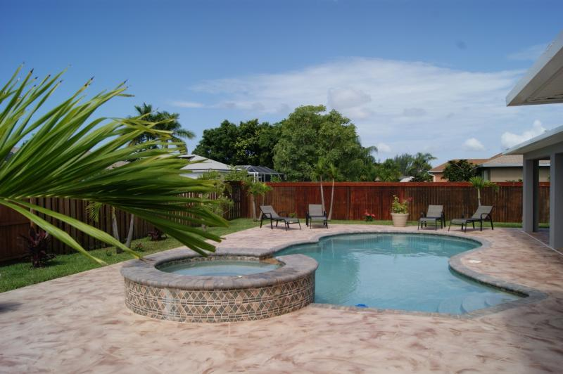 Very private fenced yard - Beatiful comfy home with a private pool and spa - Cape Coral - rentals