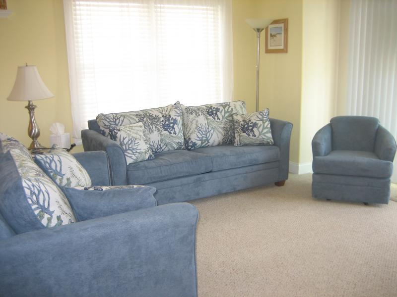 Living Room: End unit plenty of light and air. Queen size pull out couch. - Available for Tournament weekends - North Wildwood - rentals