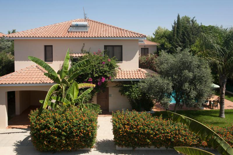 Four bedroom villa,private pool,garden,patio,BBQ,private parking,free wifi in a peaceful location. - Reginas 4 bdr villa,private pool,wi-fi,2 km fm sea - Oroklini - rentals