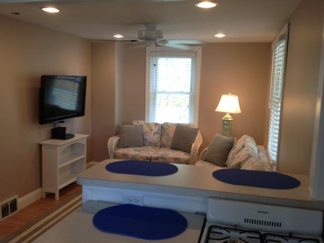 Living room with flat screen TV and DVD - 1BR SEASIDE COTTAGE: 1 1/4 BLKS BEACH/BOARDWALK - Wildwood - rentals