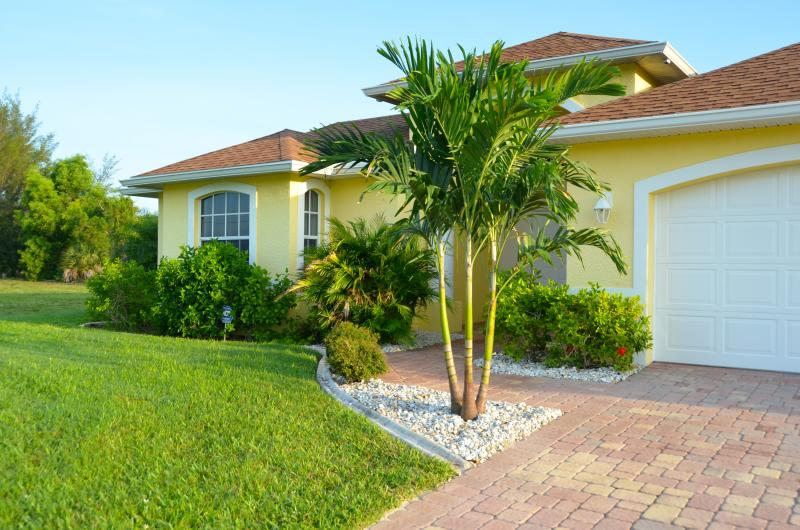 Sunny Belle courtyard villa.  Privacy, intimacy guaranteed.  Separate suite - Courtyard Villa Sunny Belle / Pool / Spa / Canal - Cape Coral - rentals