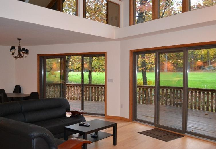 Living room with a veiw of the golf course - Modern Golf Course House On The Lake Wallenpaupack - Greentown - rentals