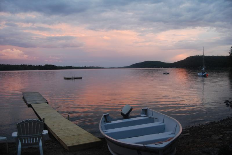 Pretty in Pink! - Cozy Cabin On Lake & Near Bay w/2 Kayaks,Canoe - Swanville - rentals