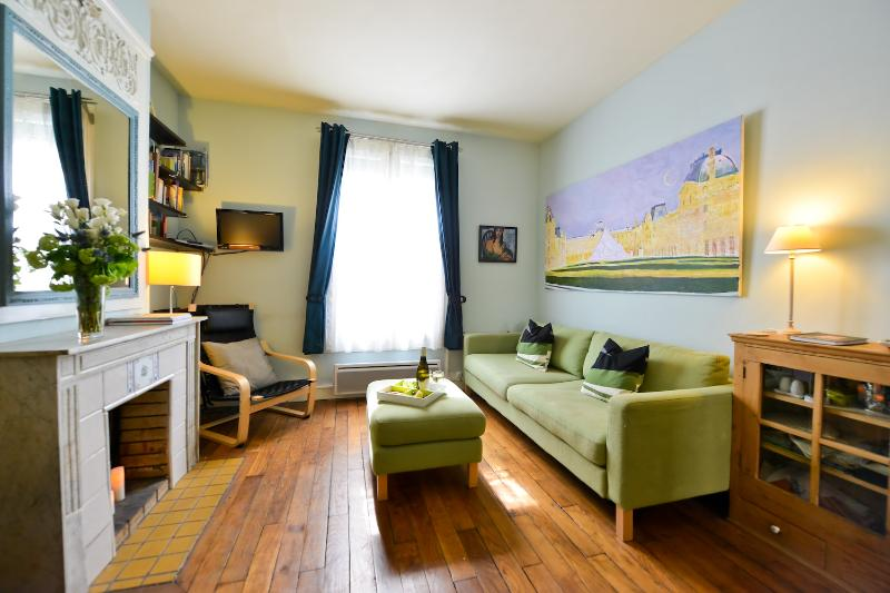 Main room toward window - Quiet Artsy 1 Bedroom in Vibrant Bastille Area - 11th Arrondissement Popincourt - rentals