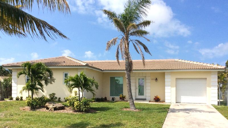 Welcome To Paradise! No neighbors on either side or across the canal = privacy. - Gorgeous Canal Home With Dock! Quick Ocean Access! - Marco Island - rentals