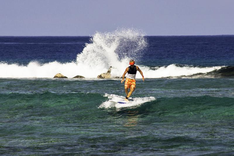 Watching the surfers from our Lani - Keauhou Condo near Kahaluu Beach Park - Kailua-Kona - rentals