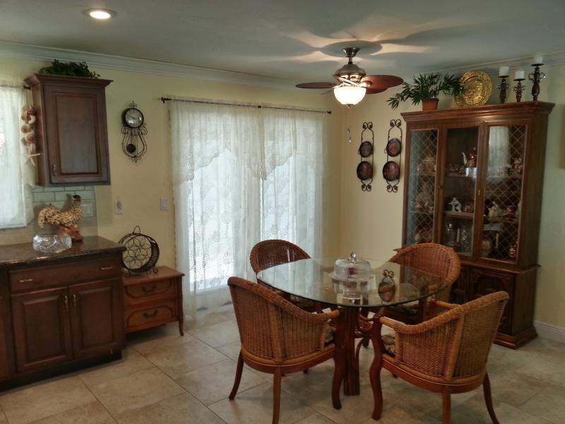 Dining area and exit to back yard. - 2 BED, 2 BATH - 5 MINUTES TO SIESTA KEY BEACH! - Sarasota - rentals