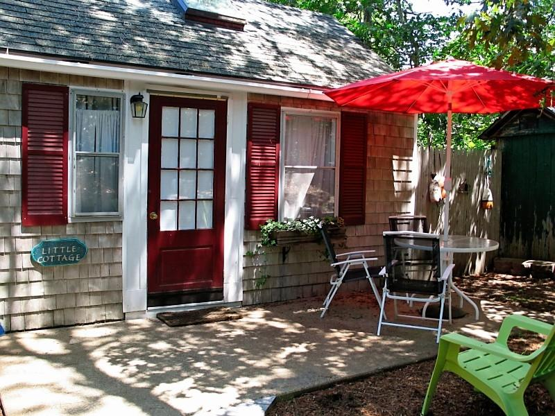 A sweet, private place to relax and unwind. - Swim, Fish, Boat, Play, Right on Freshwater Pond! - Eastham - rentals