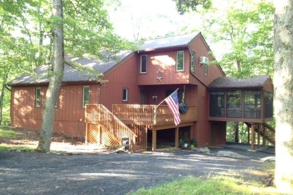 Cozy Spacious Mountain House with creek and waterfalls within walking distance - Cozy Spacious Mountain House 3 Bed 2 Bath Sleeps 9 - Bushkill - rentals