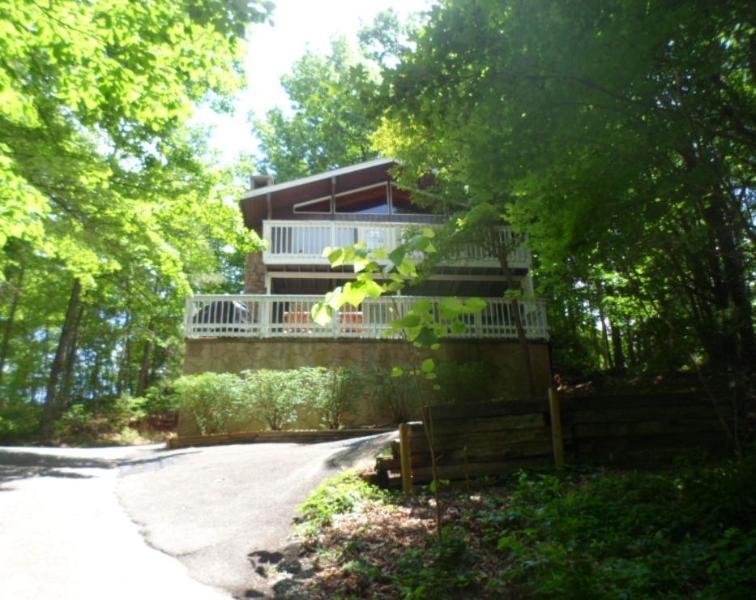 Bear Foot Inn: 4 Bed w/Community Swimming Pool - Image 1 - Gatlinburg - rentals