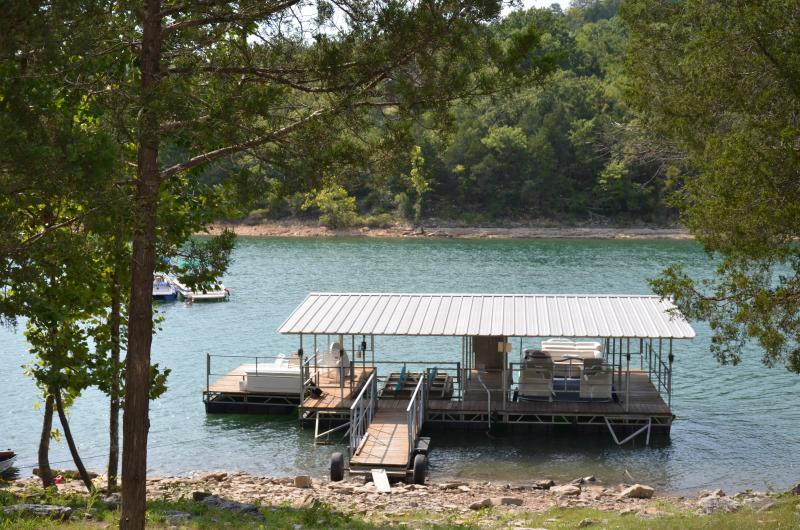 Lake Front Log Cabin with Boathouse Lake Tablerock - Image 1 - Branson - rentals